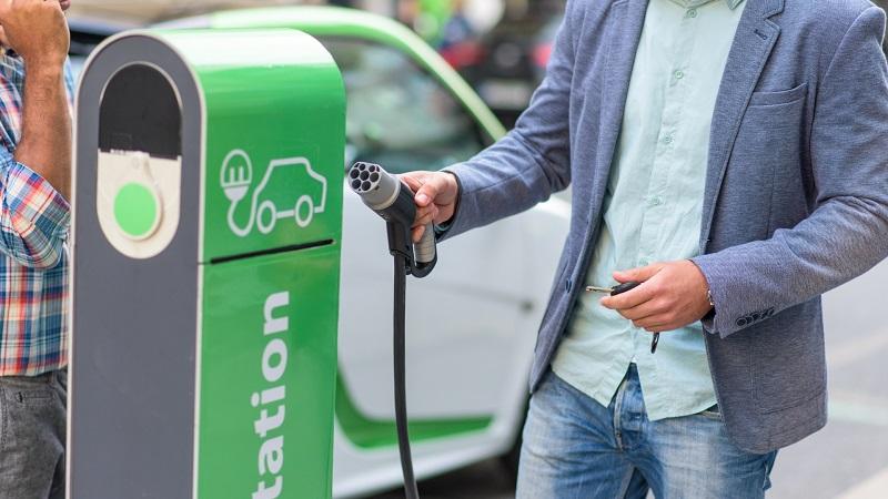 Sondaż: Gdyby elektryki były w cenach aut spalinowych, co drugi Polak zdecydowałby się na zakup